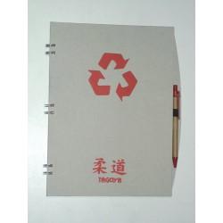 Cuaderno de judo ecológico con bolígrafo.